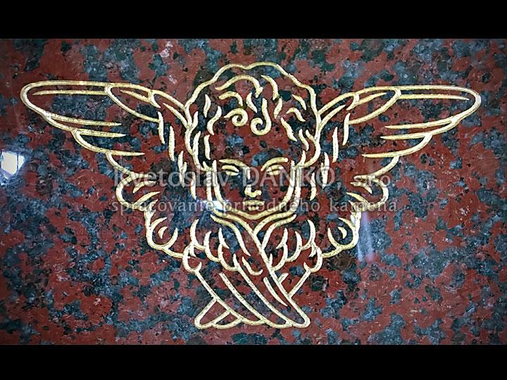 Pozlátený anjelik na pomníku
