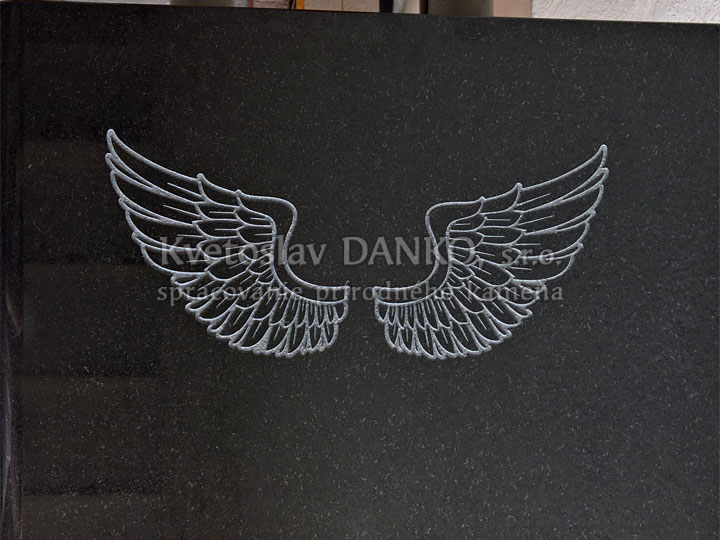 Anjelske krídla nad hrobom