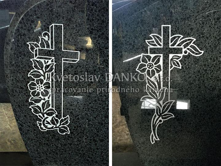 Ozdobné kríže na pomníku