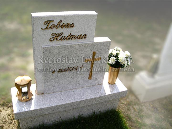 destký hrob z bielej žuly