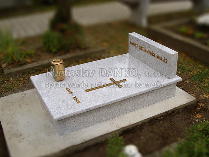 Detský pomník z bielej žuly
