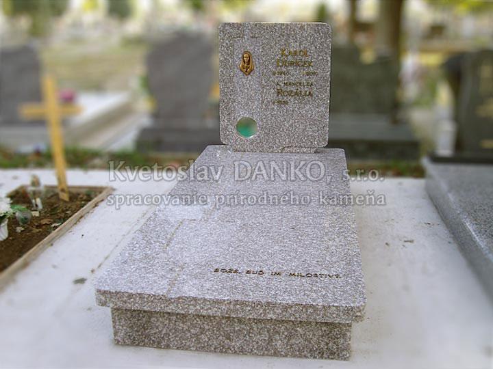 Jednohrob,iné,písmo kovové / bronz,váza/svietnik žiadne,text na krycej doske,bronzova madona