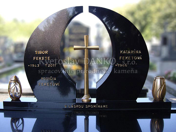 Pomník zo švédskej žuly, bronzový kríž, dvojhrob