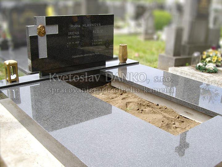 hrubý pomník, kameň impala, plastika, pieskované písmo
