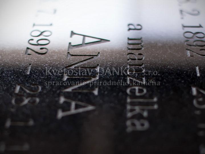 Pieskované písmo na čiernej žule