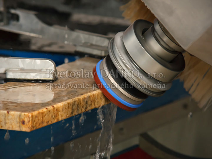 Leštenie hrán kameňa na CNC hranovej brúske